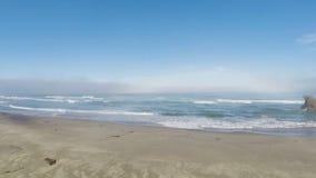 Zangão que voa sobre a praia da areia que enfrenta o oceano que puxa filme