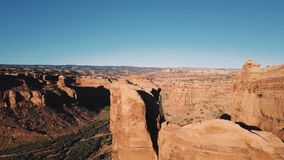 Zangão que voa sobre a rocha gigante para revelar a estrada magnífica da estrada entre cumes da garganta da montanha no deserto r filme