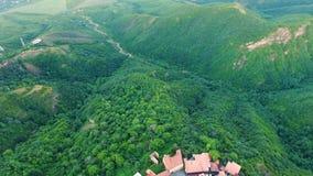 Zangão que voa sobre telhados de Signagi, vista bonita do vale verde de Alazani vídeos de arquivo