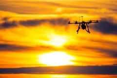 Zangão sobre a vila no por do sol nebuloso Foto de Stock Royalty Free