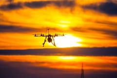 Zangão sobre a vila no por do sol nebuloso Imagem de Stock