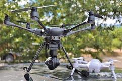 ZANGÕES - Grande & UAV pequeno da câmera/UAS imagens de stock