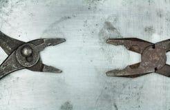 Zangen auf Metallhintergrund Lizenzfreies Stockbild
