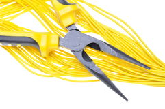 Zangen und gelbe Kabel Stockbild