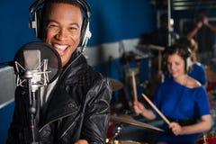 Zanger die een lied in studio registreren Stock Afbeelding