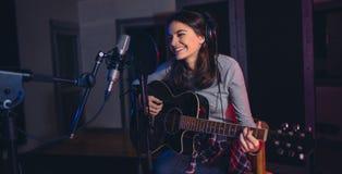 Zanger die haar album in muziekstudio registreren royalty-vrije stock fotografie