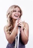 Zanger. Het jonge meisje zingen in microfoon. royalty-vrije stock afbeeldingen