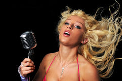Zanger met Uitstekende Microfoon Stock Afbeelding