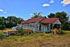 Zaniechana Benzynowa stacja i Zaniechany Ford Podnosimy Up Północnego Zulch Tex obrazy stock