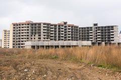 Zaniechana budowa wielo- kondygnaci mieszkaniowy kompleks, przerastająca z świrzepami Fotografia Royalty Free