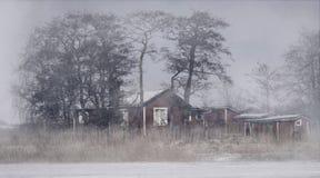 Zaniechana kabina po środku zamarzniętego jeziora Zwarta mgła zakrywa powietrze Zdjęcie Stock