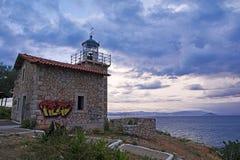 Zaniechana kamienna latarnia morska pod dramatycznym niebem, Grecja Zdjęcie Stock
