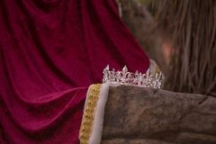 Zaniechana królewiątko korona, kontusz i obraz stock