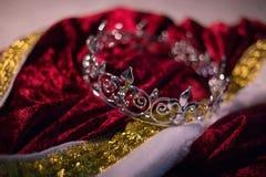 Zaniechana królewiątko korona, kontusz i obrazy stock