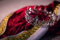 Zaniechana królewiątko korona, kontusz i zdjęcia stock