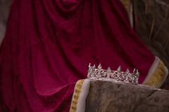 Zaniechana królewiątko korona, kontusz i obrazy royalty free
