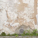 Zaniechana krakingowa stiuk ściana z wentylaci grille Fotografia Royalty Free