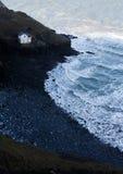 Zaniechana linia brzegowa z zaniechanym budynkiem Fotografia Stock