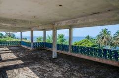 Zaniechana luksusowa stróżówka z terrasse przegapia ocean, ślada cywilna wojna, Robertsport, Liberia, afryka zachodnia Zdjęcie Royalty Free