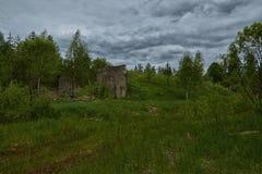 Zaniechana militarna baza w lesie obrazy stock