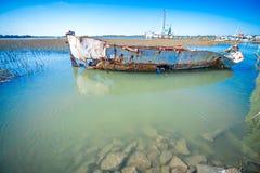 Zaniechana połowu i garneli łódkowata pobliska głupota wyrzucać na brzeg południowego carolin zdjęcie royalty free