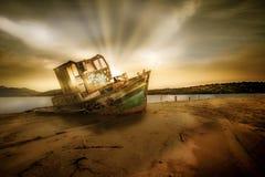 Zaniechana stara łódź na plaży zdjęcie royalty free