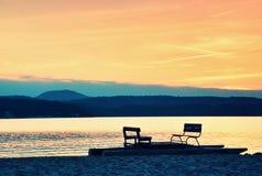 Zaniechana stara ośniedziała pedałowa łódź wtykał na piasku plaża Falisty poziom wody, wyspa na horyzoncie Jesień pogodna przy li Fotografia Royalty Free