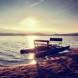 Zaniechana stara ośniedziała pedałowa łódź wtykał na piasku plaża Falisty poziom wody, wyspa na horyzoncie Jesień pogodna przy li Zdjęcia Stock