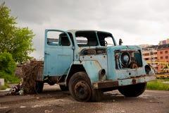 Zaniechana stara retro błękit ciężarówka, pojazd zdjęcie royalty free