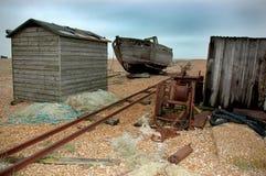 Zaniechana zdewastowana łódź Dungeness UK i chałupy Obraz Royalty Free
