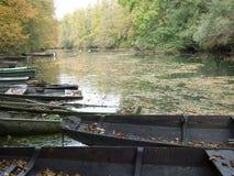 Zaniechane łodzie kłaść out na rzece zdjęcie royalty free