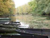 Zaniechane łodzie kłaść out na rzece zdjęcia stock