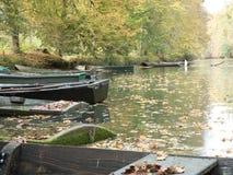 Zaniechane łodzie kłaść out na rzece fotografia royalty free