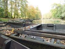 Zaniechane łodzie kłaść out na rzece obrazy royalty free