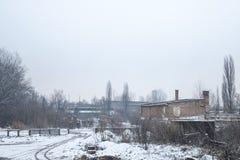 Zaniechane fabryki i magazyny pod śniegiem w Europa Wschodnia, w Pancevo, Serbia, była jugosławia Obrazy Stock