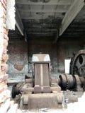 Zaniechane metal budowy solankowa kopalnia Ośniedziały metal, luźna cegła obrazy stock