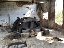 Zaniechane metal budowy solankowa kopalnia Ośniedziały metal, luźna cegła zdjęcie stock