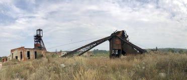 Zaniechane metal budowy solankowa kopalnia Ośniedziały metal, załamujący się poparcia zdjęcia stock