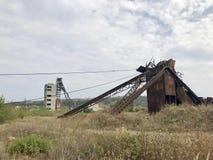 Zaniechane metal budowy solankowa kopalnia Ośniedziały metal, załamujący się poparcia zdjęcia royalty free