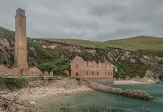 Zaniechane, porzucone ruiny Porth Wen brickworks, Anglesey fotografia stock