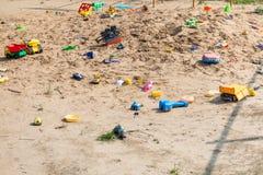 Zaniechane zabawki w plenerowym piaska boisku Obraz Royalty Free