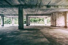 Zaniechanego budynku miastowa eksploracja, słońce promieni spada puszek na Flor w starym forsaken domu Urbex straszna stara fabry Obrazy Royalty Free
