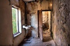 zaniechanego drzwi domu inside okno Fotografia Royalty Free