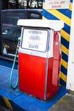 Zaniechanego i zamkniętego rocznika paliwowa pompa przy stacją benzynową Abando zdjęcia stock