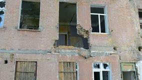 Zaniechanego rocznika czerwona cegła uszkadzał budynek w słonecznym dniu, środowisko różnorodność, zbiory wideo