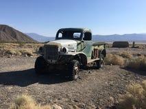 Zaniechanego rocznika ośniedziała ciężarówka w Amerykańskiej Mojave pustyni california fotografia royalty free