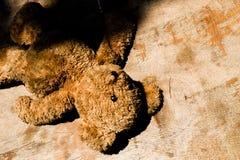 Zaniechanej lala misia samotności smutny Bezdomny pojęcie Zdjęcie Royalty Free