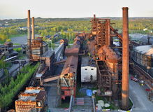 Zaniechani ślusarstwa fabryczni z lasem w tle Obraz Stock