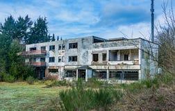 Zaniechani miejsca - stary hotel po środku nigdzie Obrazy Royalty Free