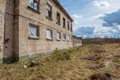zaniechani militarni budynki w mieście Skrunda w Latvia obrazy stock